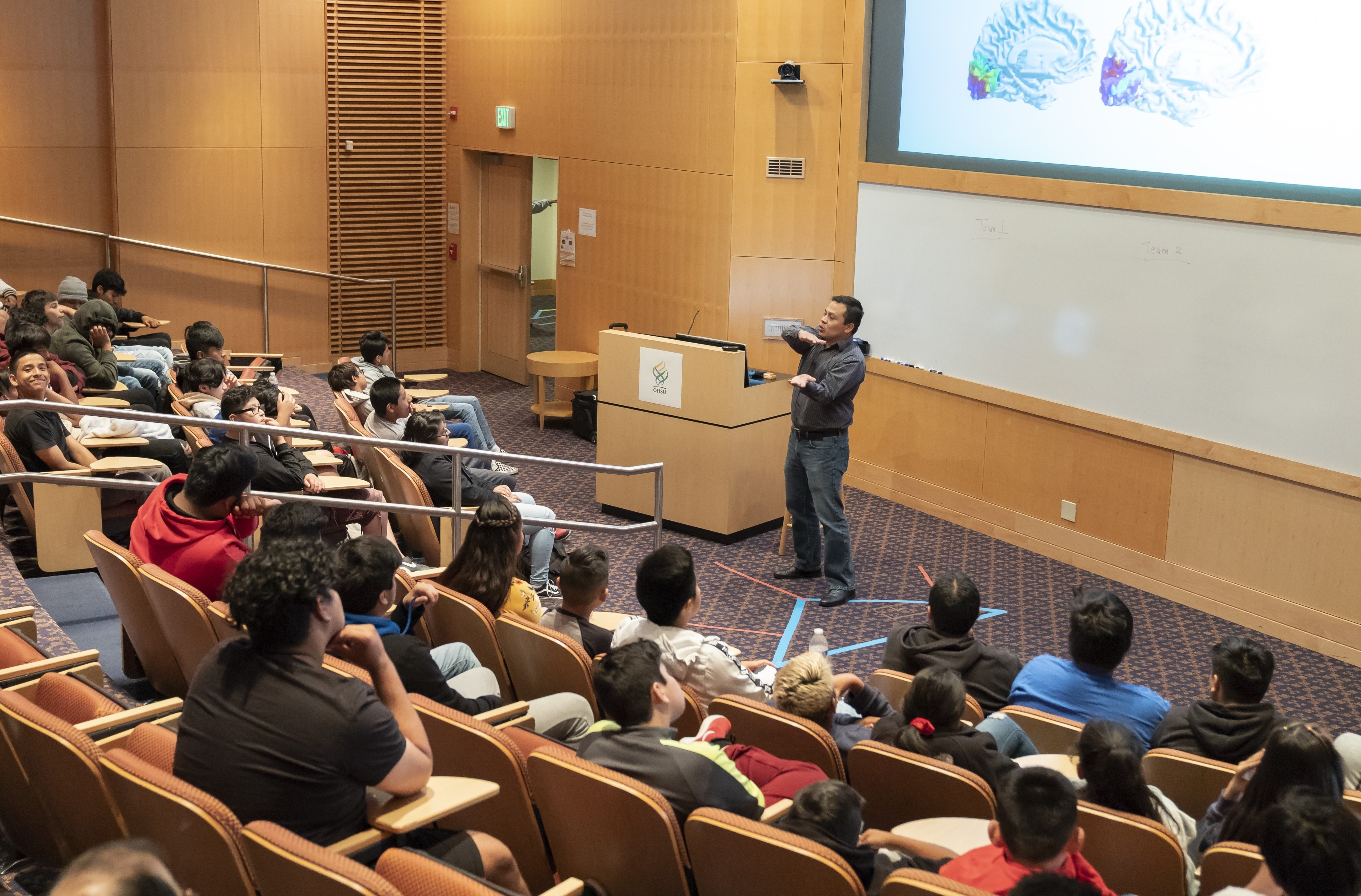 Dr. Oscar Miranda Dominguez presents Brain-in-a-Box to Si Se Puede attendees at OHSU
